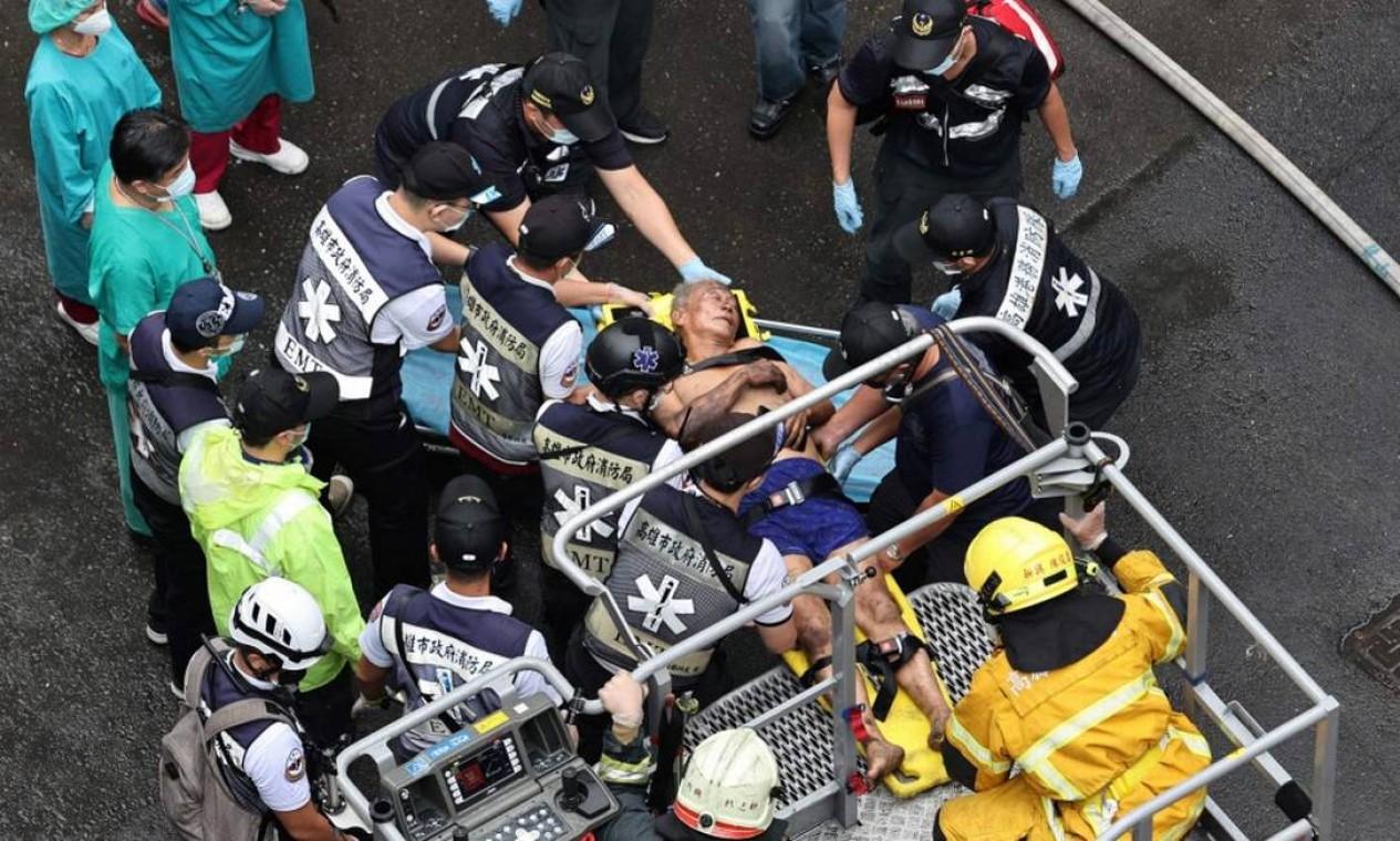 Ao menos 46 pessoas morreram e 41 ficaram gravemente feridas após o incêndio em um prédio de 13 andares na cidade de Kaohsiung, no sul de Taiwan Foto: JOHNSON LIU / AFP