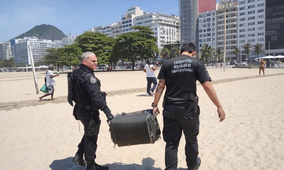 Policiais retiram da Praia de Copacabana artefato que parece com granada Foto: Reprodução / Segurança Presente