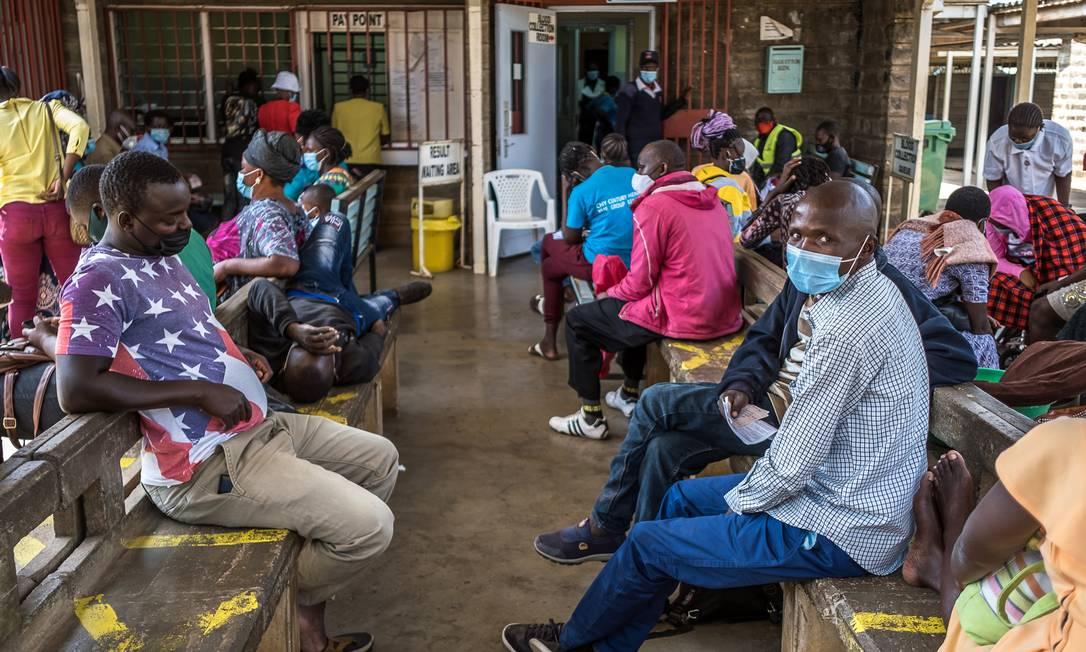 Grupo de pessoas espera pelo resultado de testes de Covid-19 no condado de Kisumu, no Quênia Foto: BRIAN OTIENO / NYT