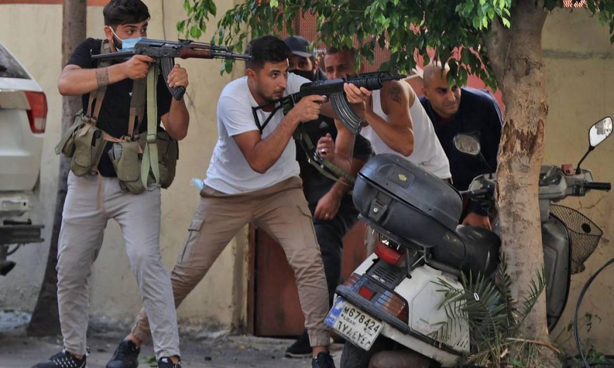 Guerrilheiros dos movimentos xiita Hezbollah e Amal foram alvos de atiradores não identificado durante protesto na área de Tayouneh, no subúrbio sul da capital Beirute Foto: ANWAR AMRO / AFP