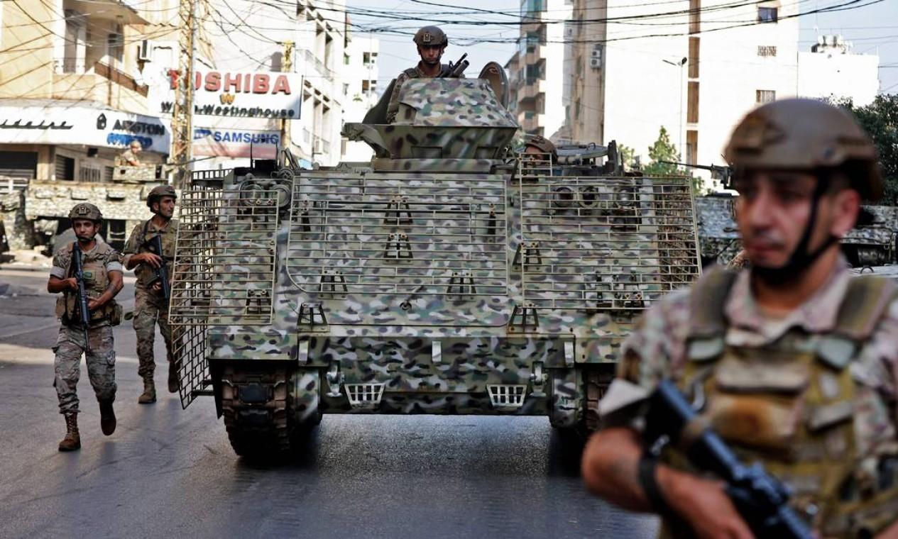Soldados do Exército libanês patrulham a área de confrontos no subúrbio ao sul da capital Beirute Foto: ANWAR AMRO / AFP