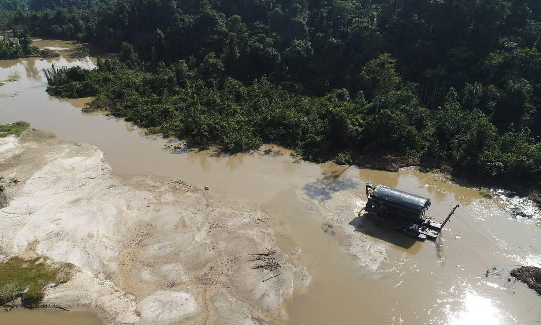 Garimpo ilegal na região do Parima, na terra indígena Yanomami, às margens do rio Uraricuera, no município de Alto Alegre, em Roraima Foto: Divulgação