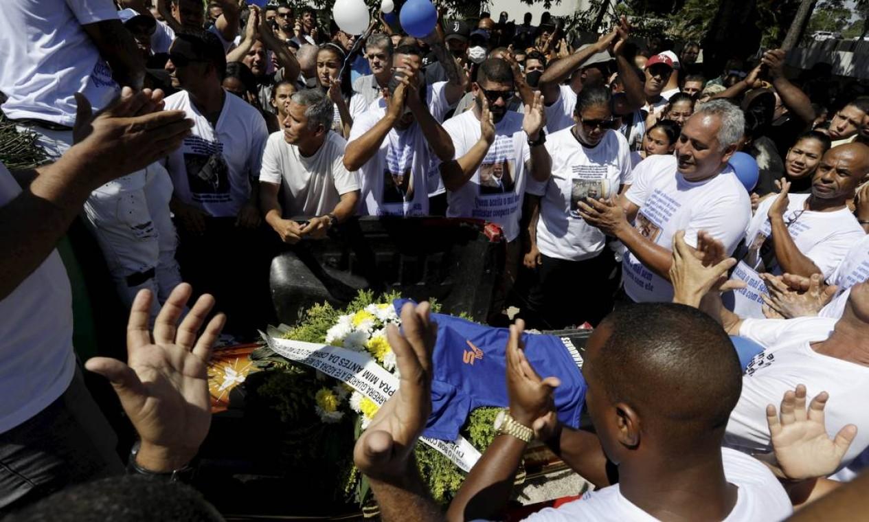 Corpo do vereador, morto a tiros de fuzil na manhã de ontem, é sepultado sob aplausos Foto: Gabriel de Paiva / Agência O Globo
