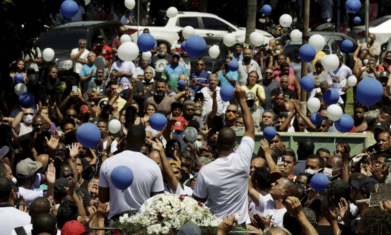 Multidão acompanhou o cortejo entre a igreja onde ocorreu o velório e o cemitério Foto: Gabriel de Paiva / Agência O Globo