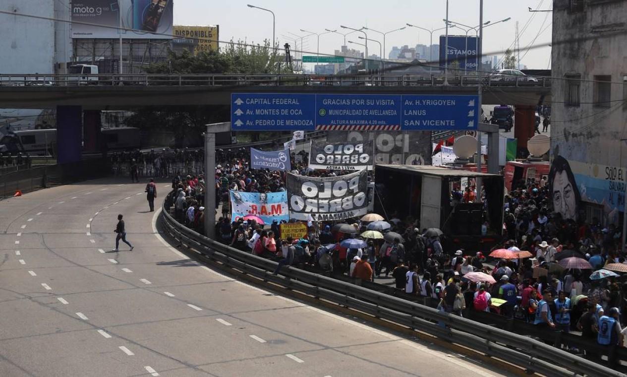 Trabalhadores ocupam avenida de Buenos Aires com marcha contra FMI Foto: MATIAS BAGLIETTO / REUTERS