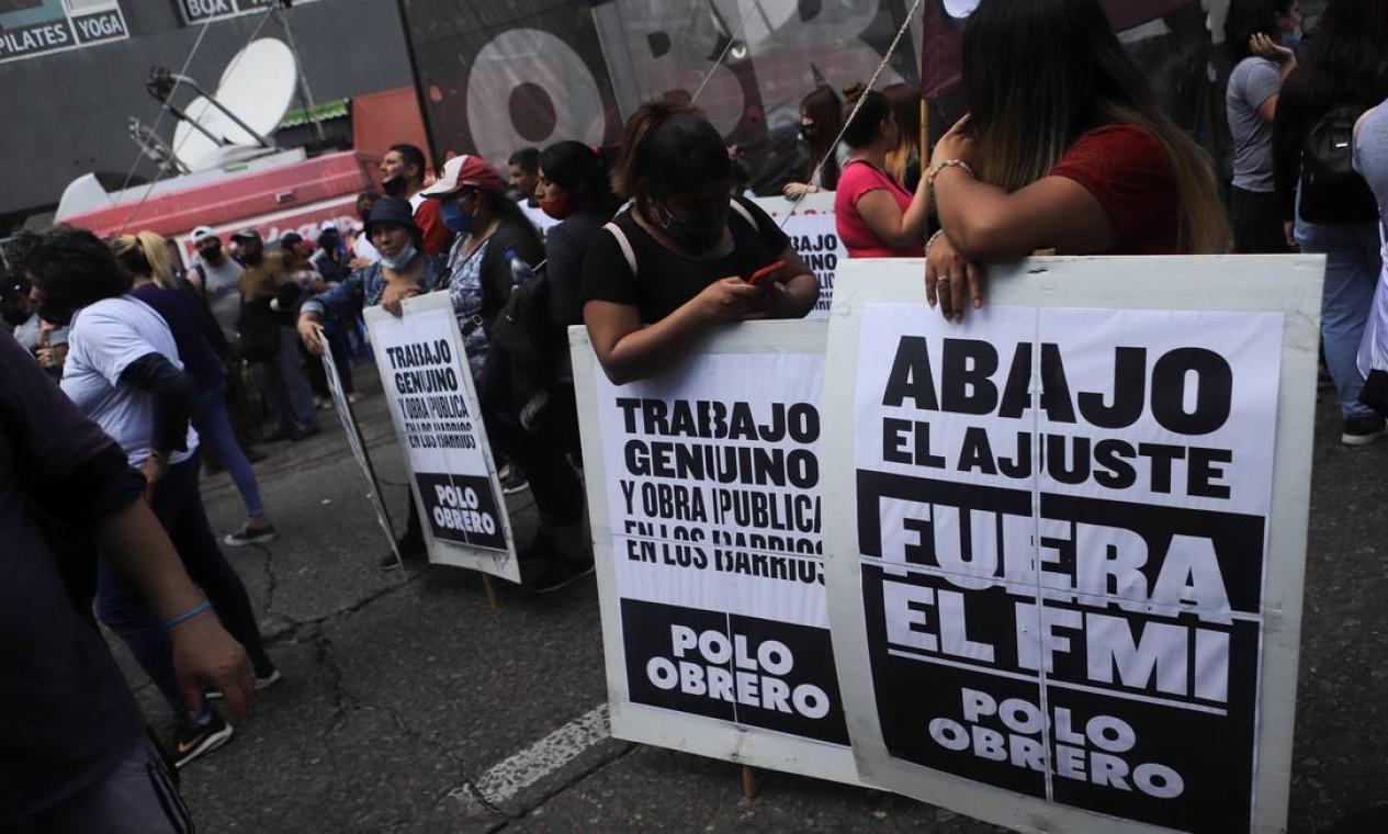 Manifestantes protestam contra interferência do Fundo Monetário Internacional (FMI) e cobram obras públicas durante protesto em Buenos Aires Foto: MATIAS BAGLIETTO / REUTERS