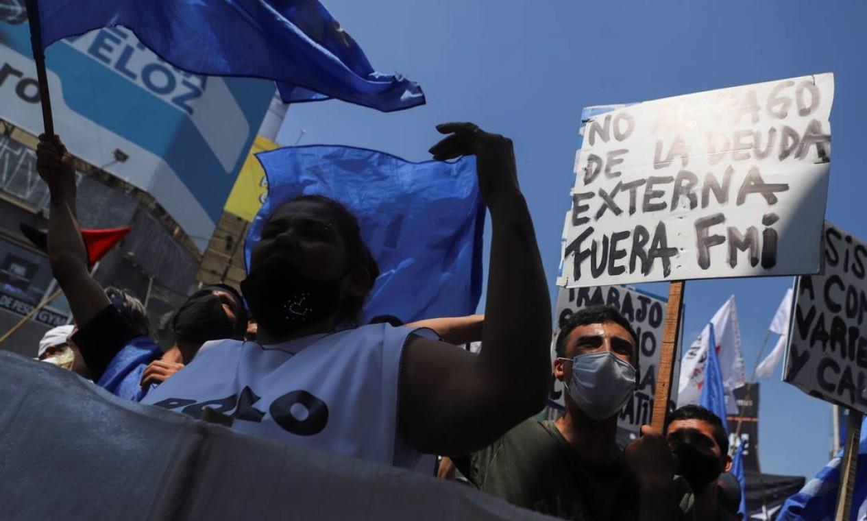 Manifestantes protestam em busca de empregos e melhores salários, em Buenos Aires, Argentina Foto: MATIAS BAGLIETTO / REUTERS