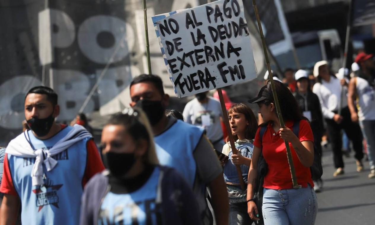 Manifestantes protestam contra o pagamento da dívida externa Foto: MATIAS BAGLIETTO / REUTERS