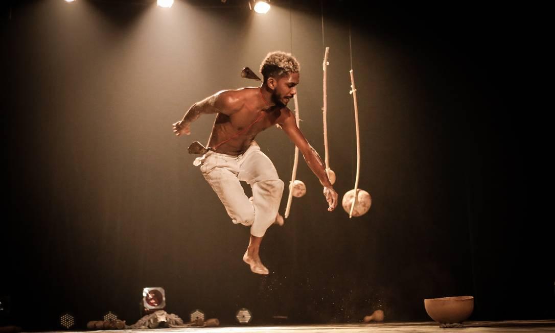 Os espetáculos são realizados presencialmente nos teatros do Sesc nos estados (sem público)e transmitidos para todo o Brasil. Foto: Lívia Neves/Divulgação
