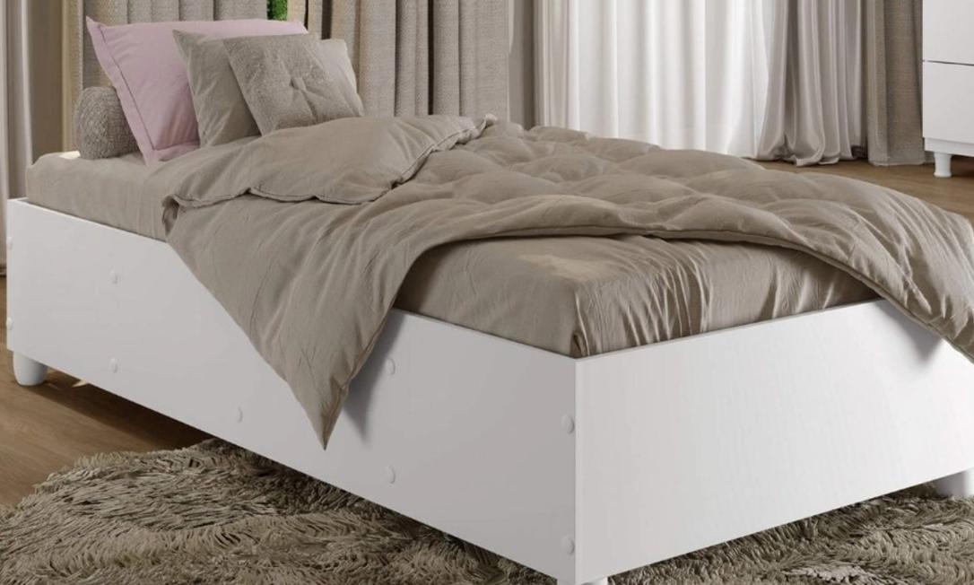 Os travesseiros também podem ajudar na decoração, juntamente com uma colcha e almofadas em cima da cama. Foto: Reprodução