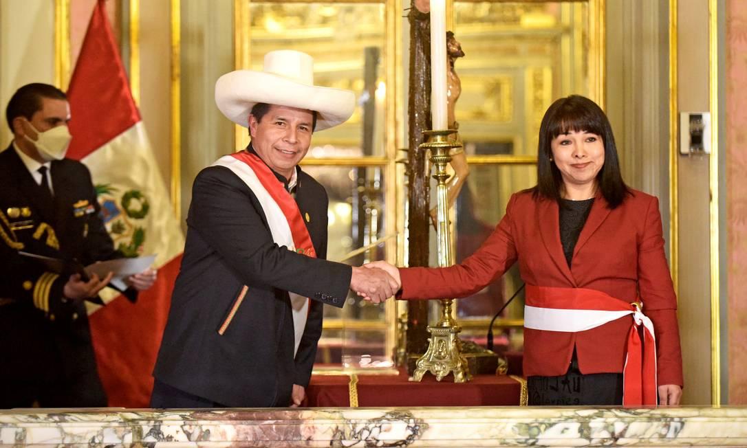 Presidente do Peru, Pedro Castillo cumprimenta Mirtha Vásquez, sua nova primeira-ministra, em Lima Foto: PERU PRESIDENCY / via REUTERS/06-10-2021