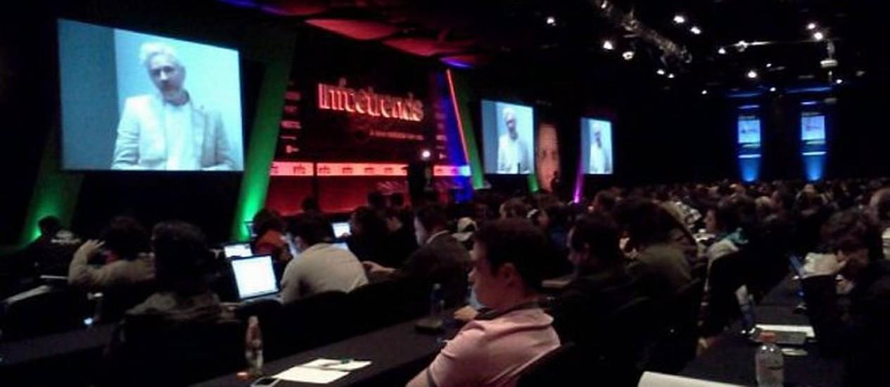 Com auditório lotado, Julian Assange paletra no InfroTrends, em São Paulo Foto: O Globo