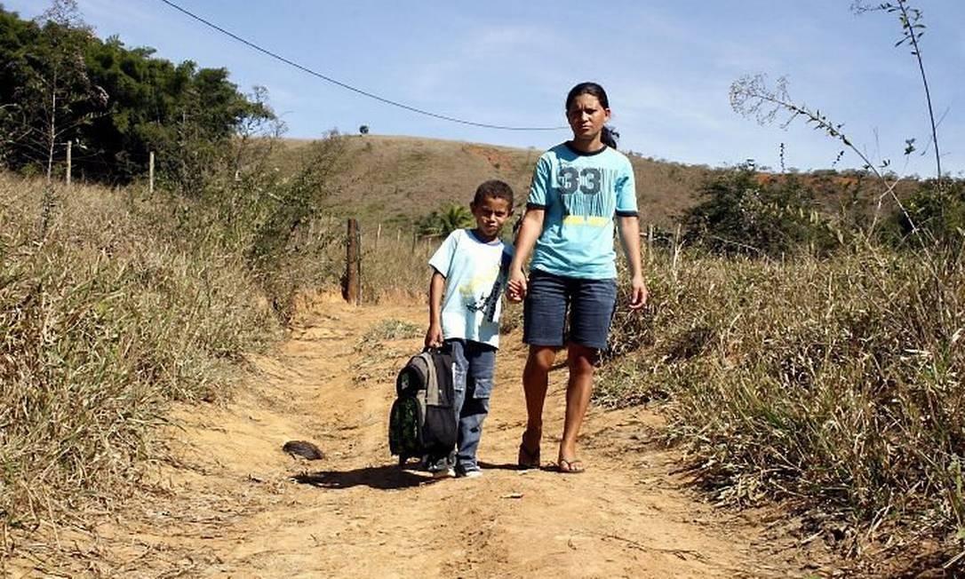 Viviane de Souza com o filho Alan: após caminhar quase 5km, fica até difícil prestar atenção na aula, diz o menino Foto de Carlos Eller
