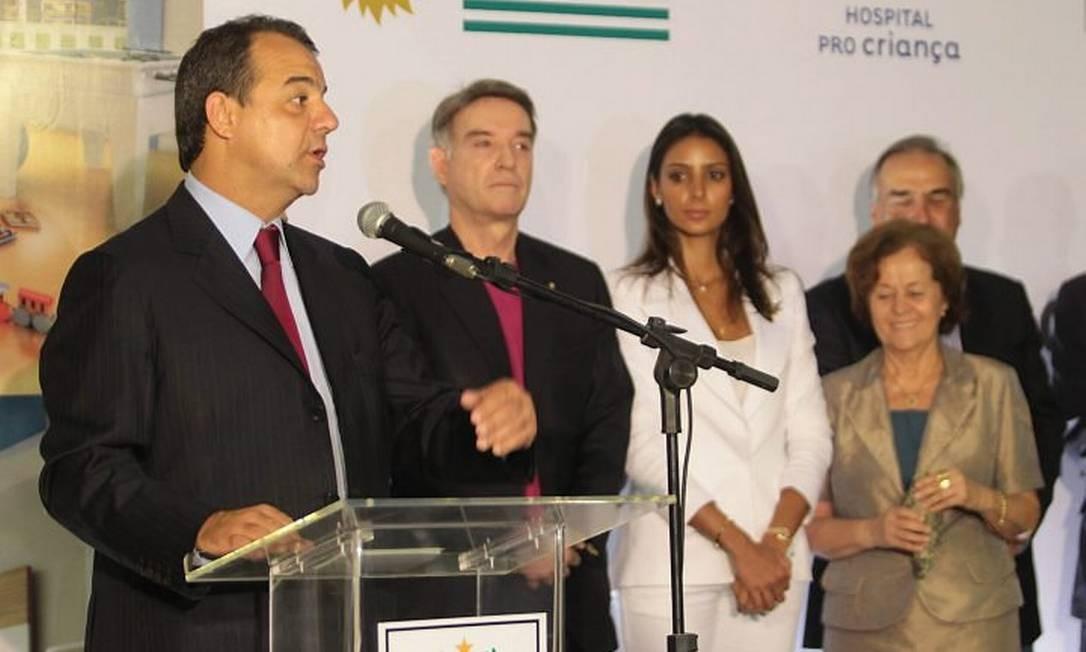 Financiador de diversos projetos no Rio, o empresário aparece, nesta foto, ao lado do governador Sérgio Cabral, em evento em que de doação ao hospital Pro-Criança Foto: Gabriel de Paiva / O Globo