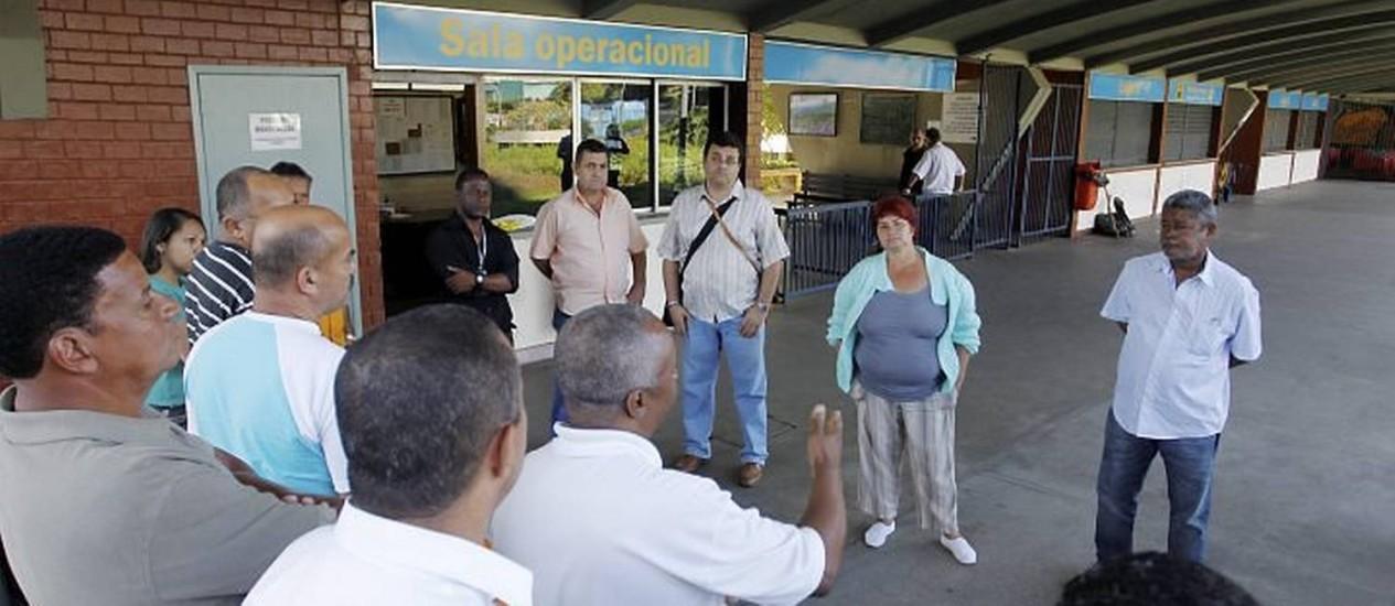 Ferroviários que trabalham no Bonde de Santa Teresa em assembleia com representantes do Sindicato. Foto: Márcia Foletto - O Globo