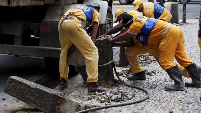 Prefeitura retira fradinhos em frente ao Parque Peter Pan Domingos Peixoto O Globo