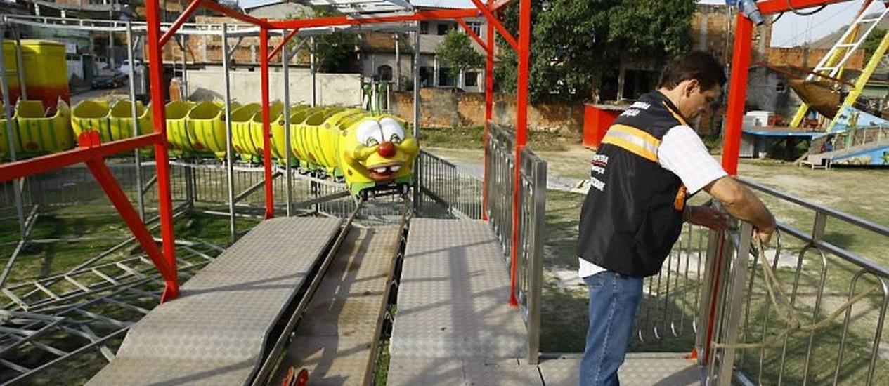 O problema, que causou mortes em Vargem Grande, se repete em Nova Iguaçu: brinquedos deteriorados (Foto: Pablo Jacob Agência O Globo)
