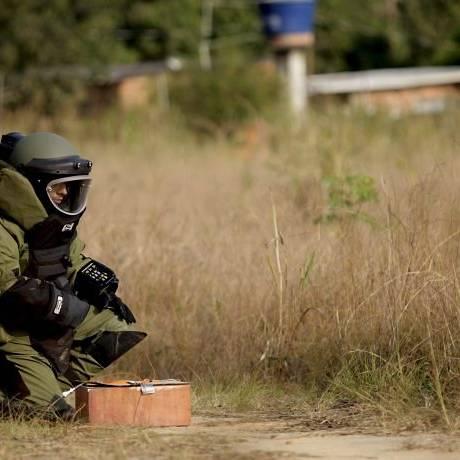 Um agente federal prestes a detonar explisivos durante treinamentoFoto:Pedro Kirilos - O Globo