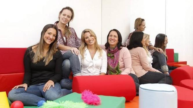 Natália Berger (de preto), Monica Madasi (de rosa), Marcela Moraes (de branco) e Daniela Mello (estampado), terapeutas e psicomotricistas que trabalham juntas Fotos: Fabio Rossi - O Globo