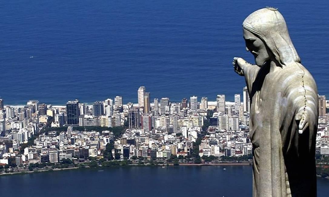 Vista aérea do Cristo Redentor e da orla de Ipanema e Leblon Divulgação