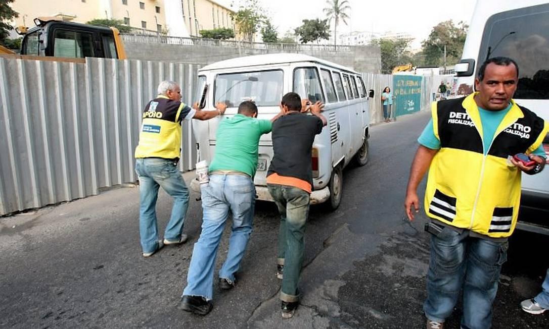Agentes do Detro participam da Operação Forças Aliadas para combater vans que fazem transporte ilegal em São Gonçalo, Niterói e Maricá Foto: Marcelo Piu