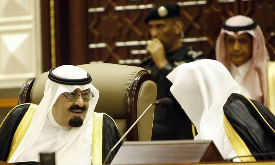Rei saudita conversa com chefe do conselho Shura - AFP