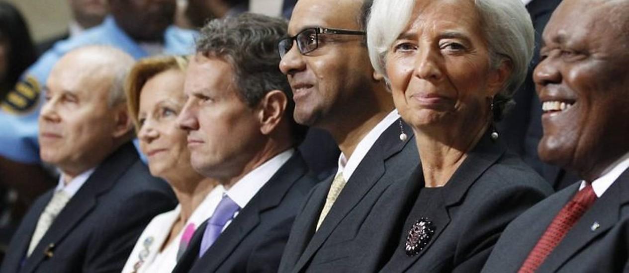 O ministro da Fazenda, Guido Mantega, à esquerda, e Christine Lagarde, em destaque, na reunião anual do FMI Reuters