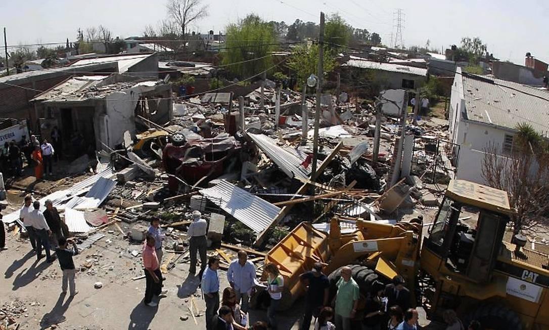 Pessoas observam destroços após explosão na província de Buenos Aires - Reuters