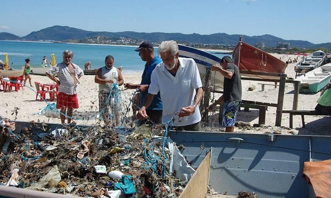 Eu-repórter: em vez de peixes, pescadores recolhem lixo na Praia de Itaipu, em Niterói. Foto da leitora Laura França