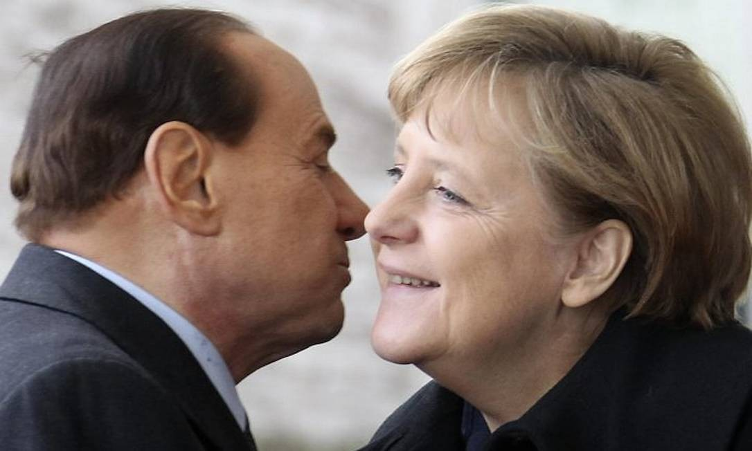 Berlusconi e Merkel em Berlim, em janeiro - Reuters