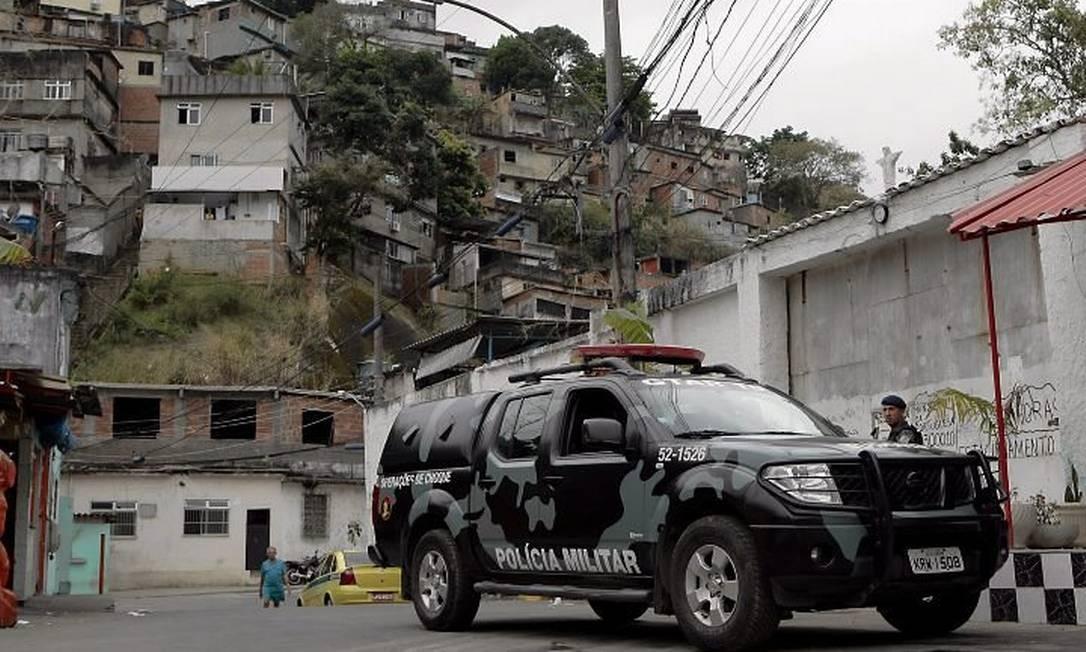 Um carro do Batalhão de Choque no acesso ao Morro do Fogueteiro: sábado passado, um policial foi ferido ao cruzar com dez bandidos armados no local (Foto: Roberto Moreyra Agência O Globo)