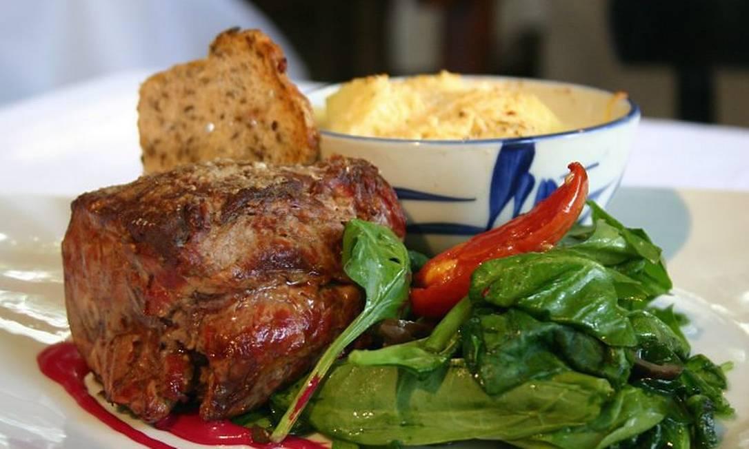 Lomo com pimenta, batatas e espinafre: sugestão do chef Pedro Demuru, de Buenos Aires Foto de divulgação