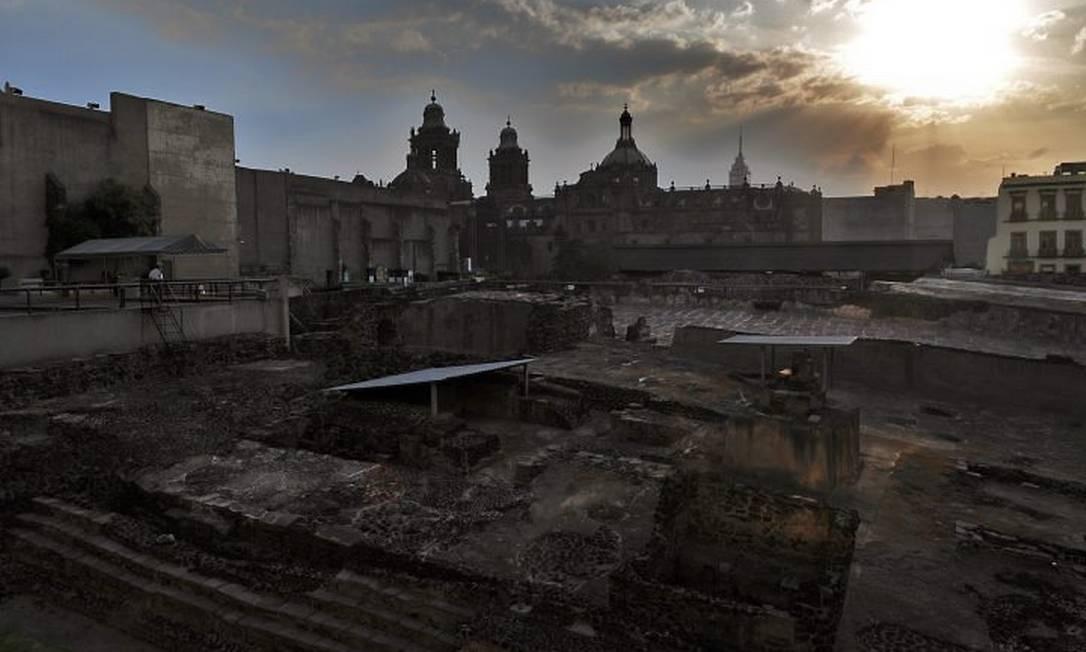 As ruínas do chamado Templo Maior asteca, na principal praça de Cidade do México, com uma imponente catedral do século XVIII ao fundo. Foto: Divulgação