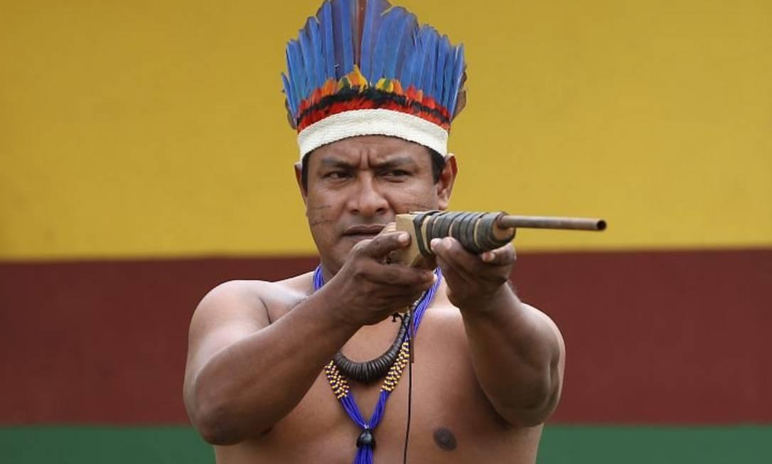 Cacique Reginaldo Tembé mostra arma apreendida com caçadores clandestinos dentro da reserva Foto: Michel Filho