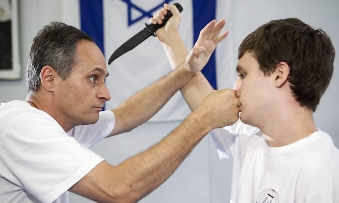 Kobi, à esquerda, mostra como se desarma um inimigo com um golpe Foto: Guito Moreno