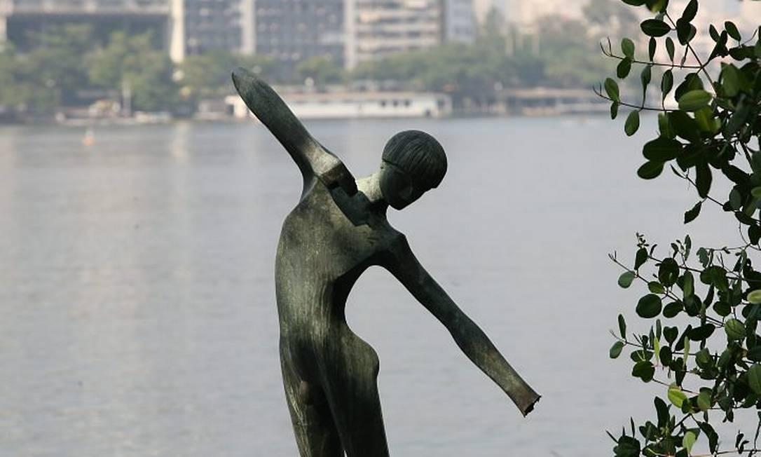 A escultura em 2008, numa das vezes em que foi danificada (Foto: Berg Silva Agência O Globo)