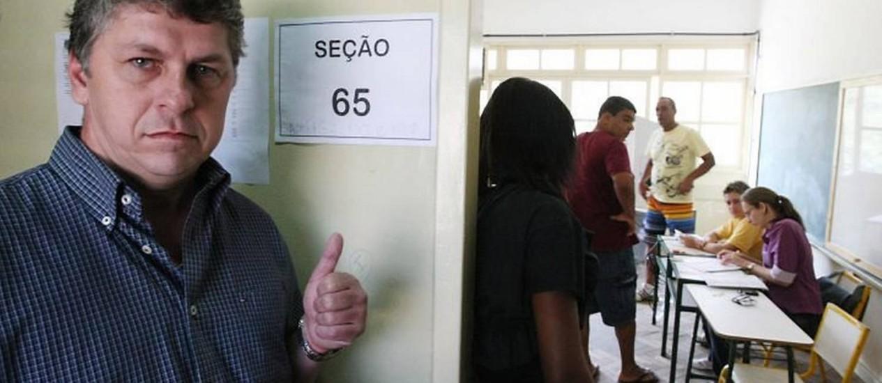O prefeito em exercício, Anderson Cozzolino, o Dinho, é flagrado duas vezes em uma seção de votação Foto: Cléber Júnior Extra