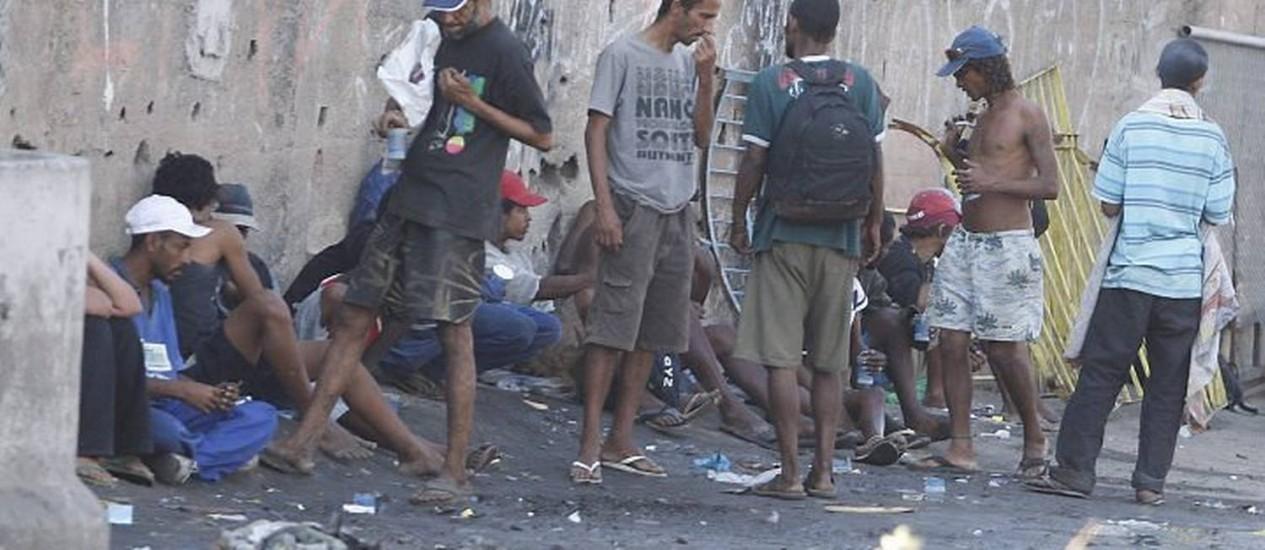 Usuários de crack em Manguinhos, no Rio - Foto: Domingos PeixotoO Globo