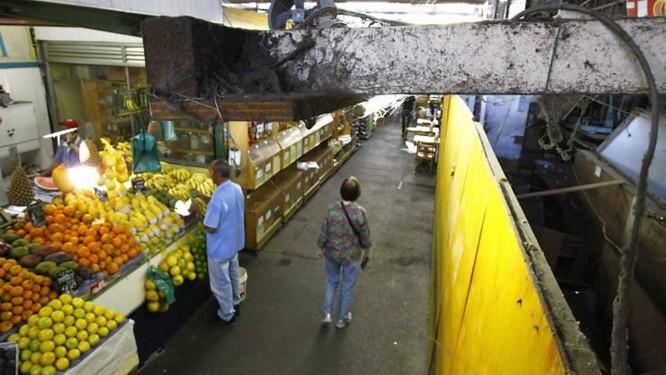 Tapume esconde um box fechado na Cobal do Humaitá, atrapalhando a circulação dos frequentadores e poluindo o visual do mercado livre (Foto: Pablo Jacob Agência O Globo)