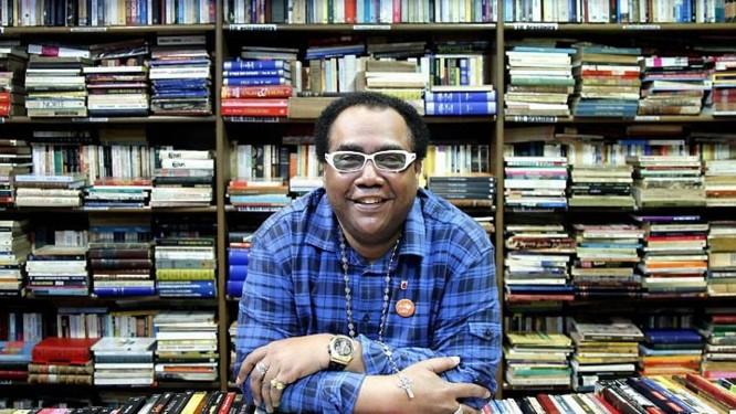 João Luiz de Souza, vulgo João do Corujão, no mesão do café de uma livraria de cinema: trajetória difícil, iluminada pelo amor à leitura (Foto: Mônica Imbuzeiro Agência O Globo)