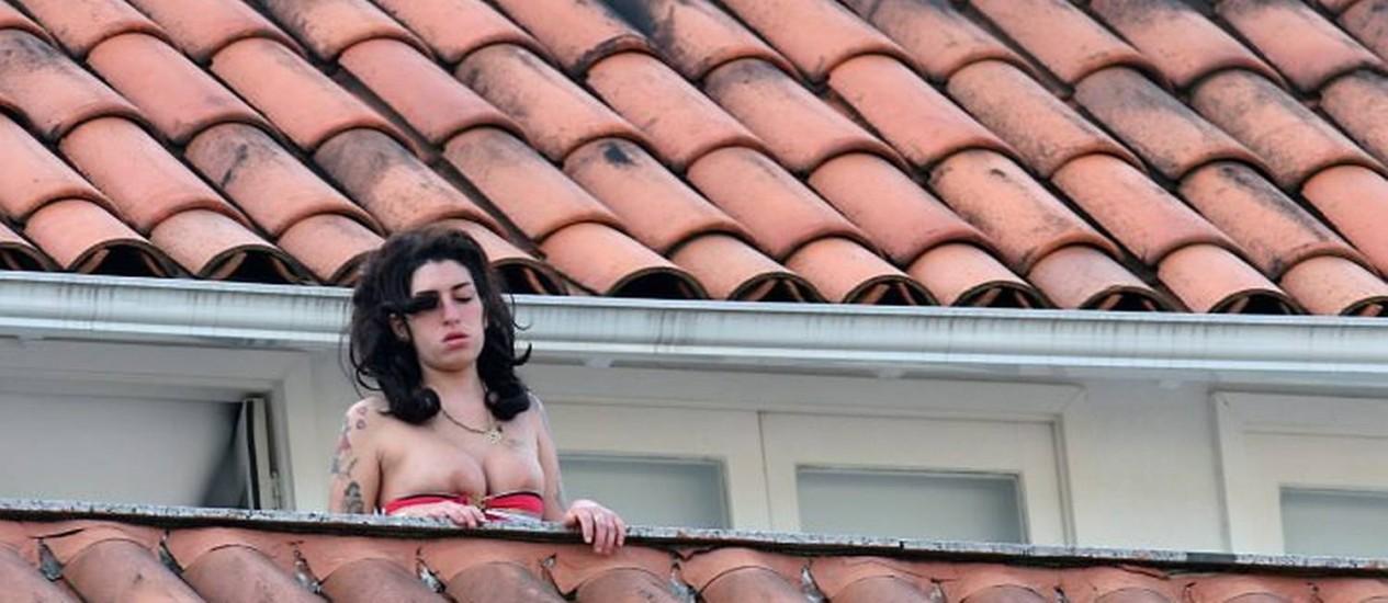 Amy winehouse peitos contra janela