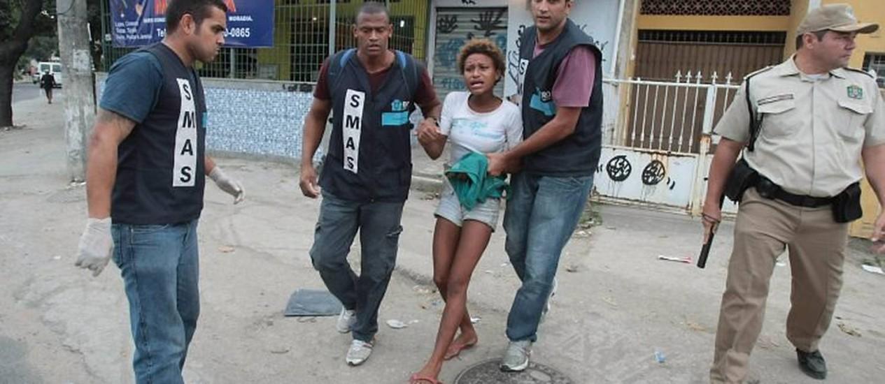 Polícia faz nova operação para recolher usuários de droga no Jacarezinho, na Zona Norte do Rio. Ao todo, foram recolhidas 53 pessoas, sendo 38 adultos e 15 adolescentes Foto: Bruno Gonzalez - Extra
