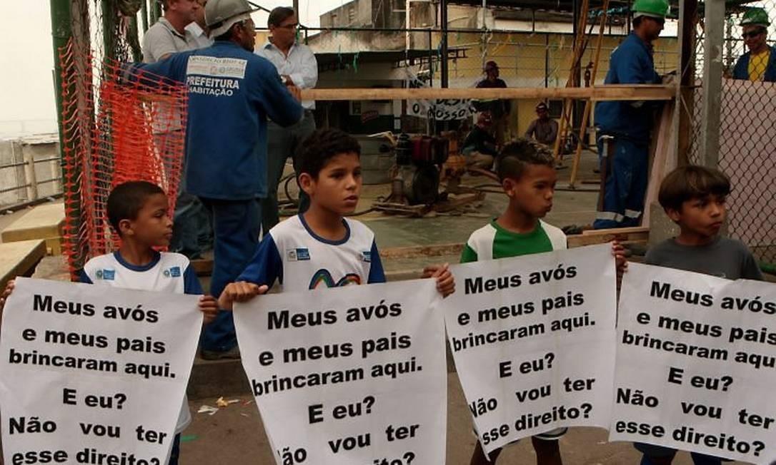 Protesto contra obra de teleférico no Morro da Providência. (Foto: Gustavo Stephan Agência Globo)