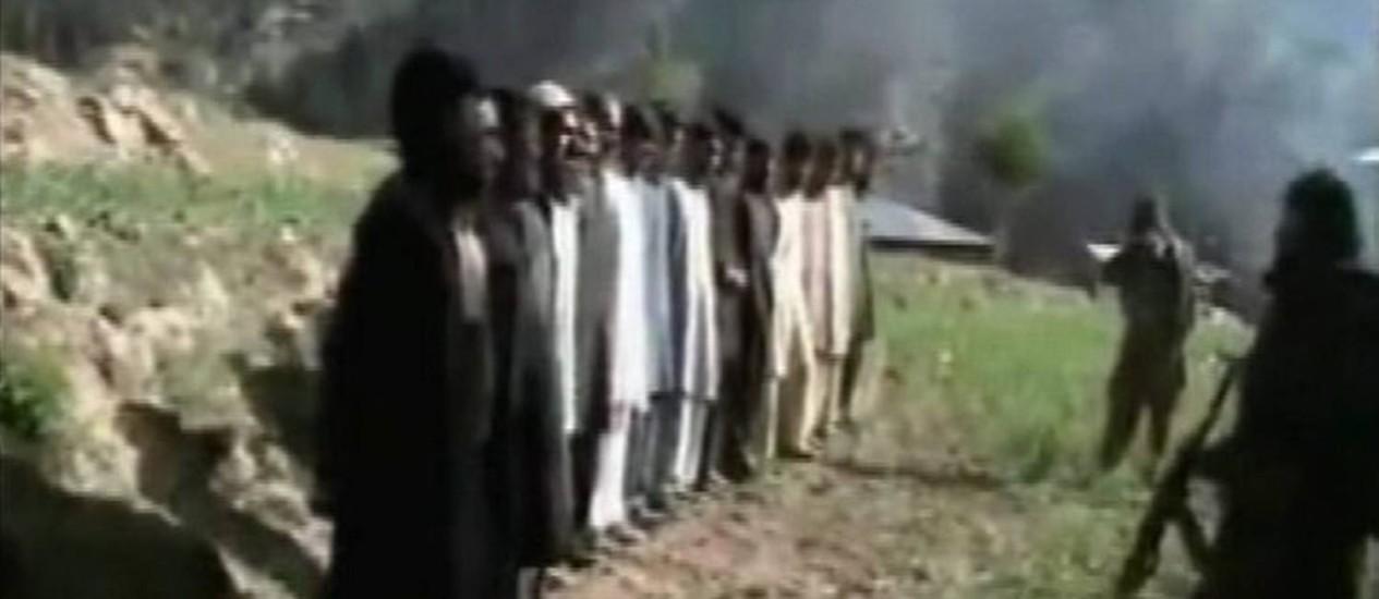 Policiais fazem fila antes de serem executadosReuters