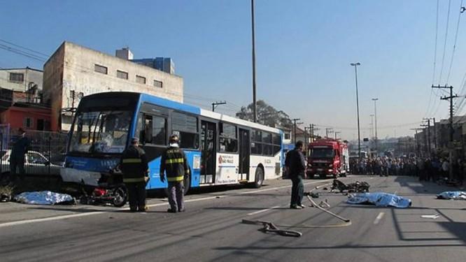 ônibus diz ter perdido freio antes de atingir oito motos - Foto Letícia MacedoG1