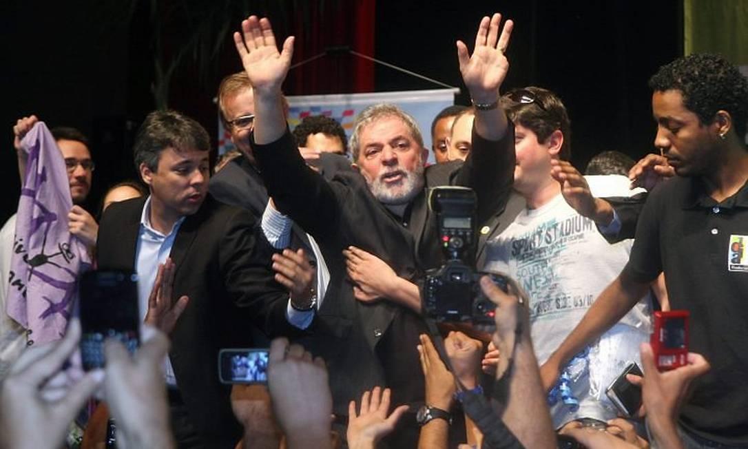 O ex-presidente Luiz Inácio Lula da Silva acena durante encontro nacional da UNE. Foto: Givaldo Barbosa