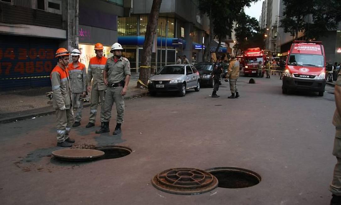 Bueiro da Light explode no Centro, na Rua da Assembleia (Foto: Marco Antônio Cavalcanti Agência O Globo)