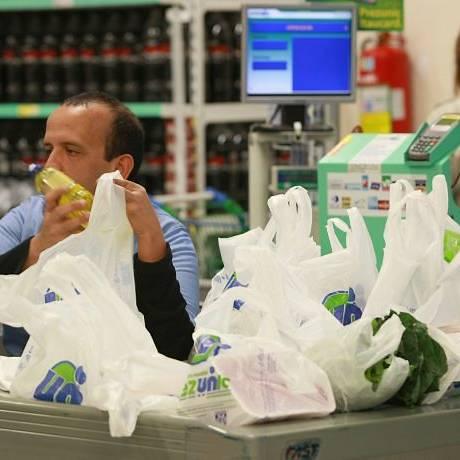 Muitas sacolas plásticas são usadas para acondicionar as compras num supermercado em Botafogo Foto: Carlos Ivan/Agência O Globo