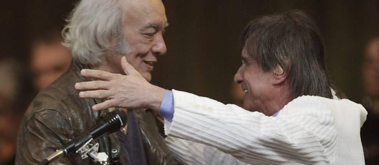 O clima de descontração entre Erasmo e Roberto Carlos marcou o encontro dos dois no palco do Municipal. Foto: Mônica Imbuzeiro