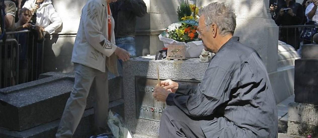 Mazarek e Krieger no túmulo de Morrison Crédito: AP Photo